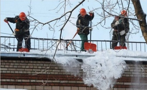 чистка крыш зимой